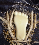 Balm for feet is rich in nutrients, natural anti-bacterial protection, and locks in moisture while helping to regenerate skin.